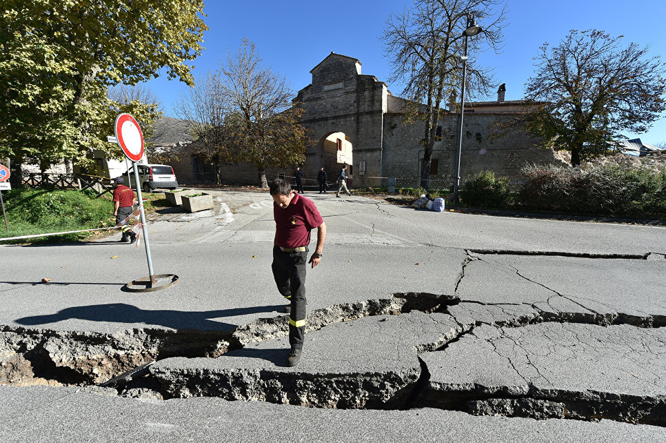 Трещины образовавшиеся в результате землетрясения. Норча, Италия