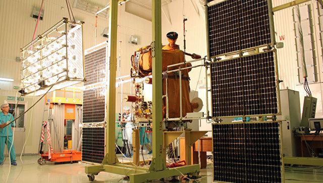Сотрудники космодрома Байконур проводят проверку солнечных батарей спутника Канопус-В. Архивное фото