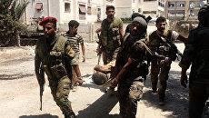 Бойцы сирийской армии выносят раненого. Архивное фото