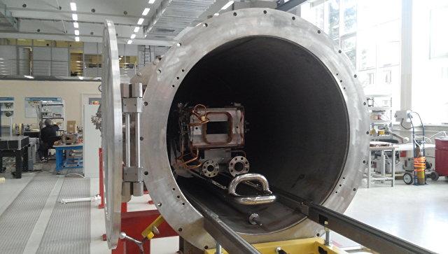 Вакуумная камера для проверки элементов будущего коллайдера NICA. Архивное фото