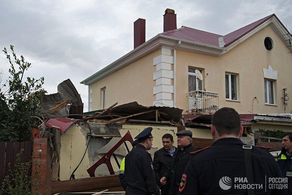 Сотрудники правоохранительных органов у места падения вертолета на крышу частного жилого дома в Адлерском районе Сочи