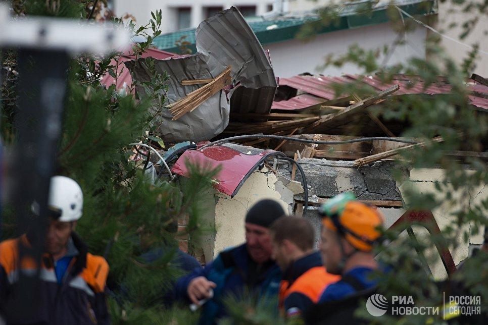 Обломки вертолета, упавшего на крышу частного жилого дома, в Адлерском районе Сочи