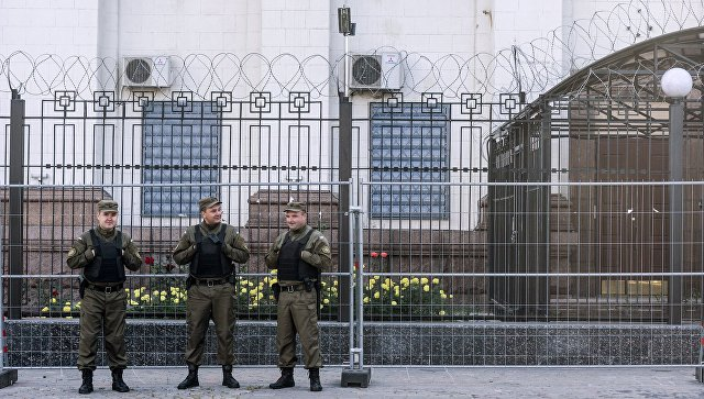 Сотрудники службы безопасности у посольства Российской Федерации в Киеве. архивное фото