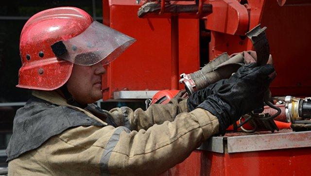 Пожарный работает на месте тушения пожара. Архивное фото
