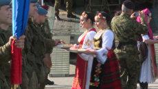 Российских и белорусских десантников в Сербии встретили хлебом и солью