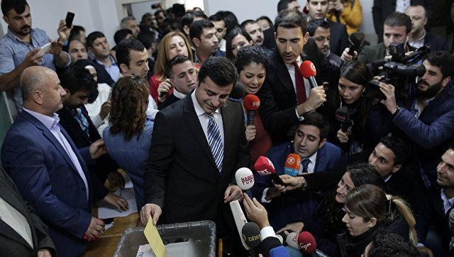 Упосольства Турции в российской столице проходит митинг вподдержку прокурдских депутатов