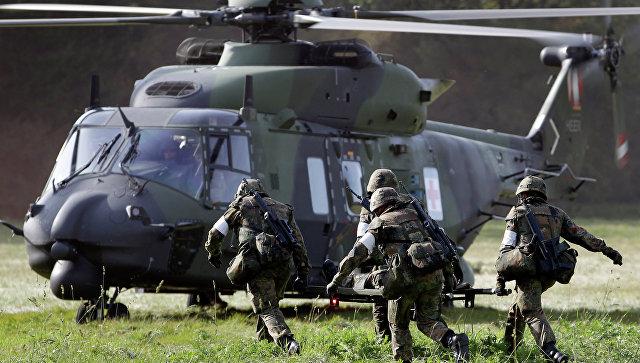 Солдаты бегут в вертолет NH90. Архивное фото