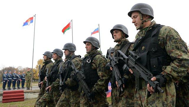 Сербские военнослужащие на церемонии открытия учений ВДВ России, Белоруссии и Сербии Славянское братство-2016 в Сербии