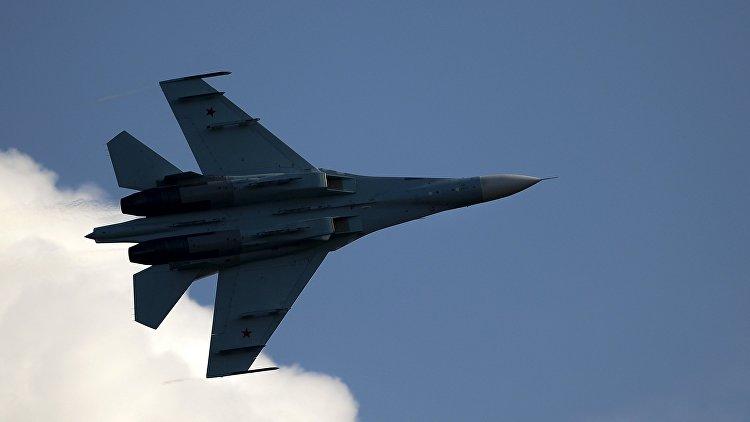 Самолет Су-35 во время демонстрационной программы. Архивное фото