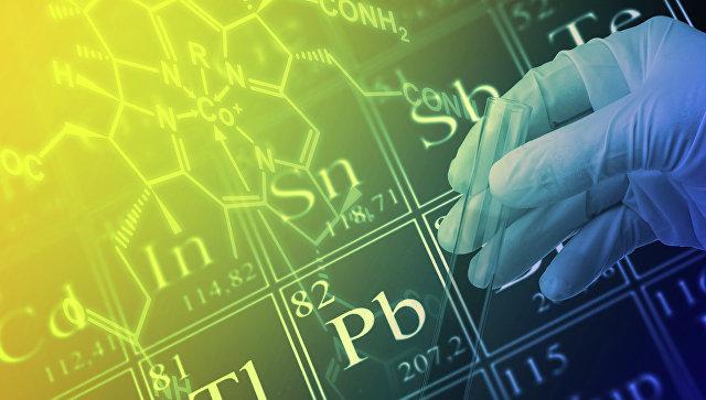 Ученый работает с периодической системой химических элементов Д. И. Менделеева