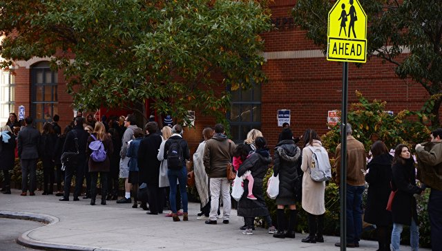 Избиратели стоят в очереди на избирательный участок в Нью-Йорке где проходит голосование на выборах президента США