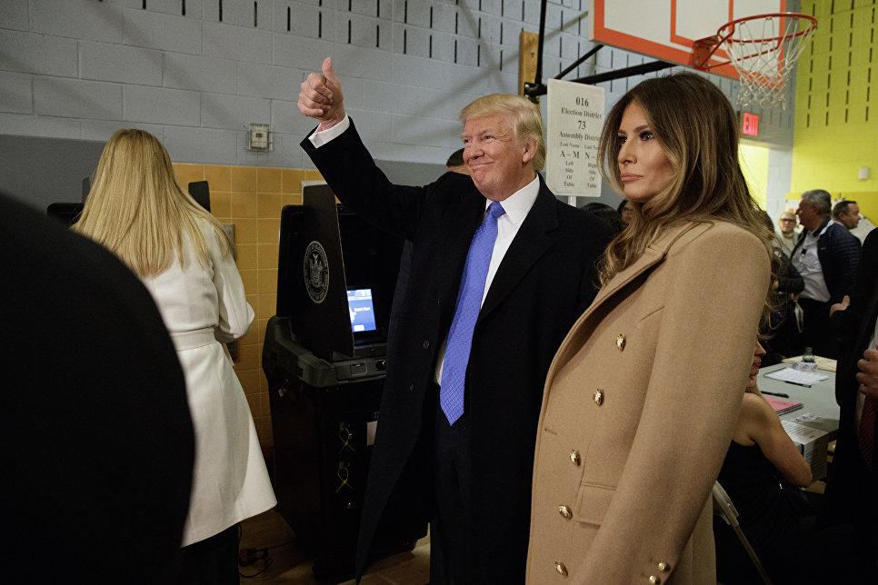 Кандидат в президенты США Дональд Трамп с супругой на избирательном участке в Нью-Йорке