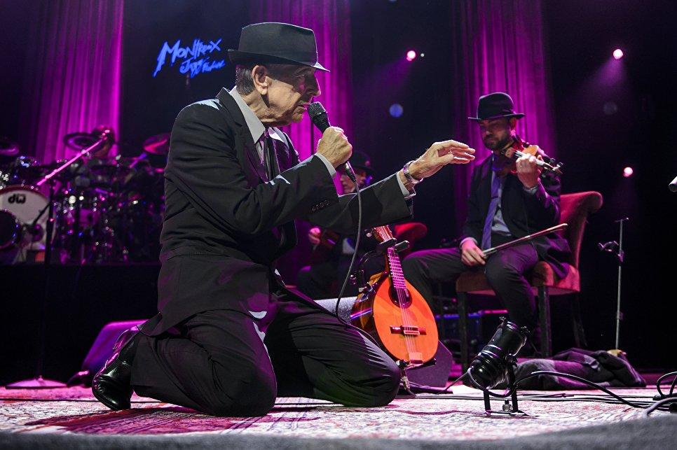 Канадский певец Леонард Коэн во время концерта. 2013 год