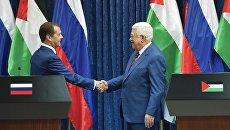 Председатель правительства РФ Дмитрий Медведев и президент Палестины Махмуд Аббас во время встречи в Иерихоне
