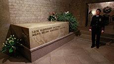 Место захоронения президента Польши Леха Качиньского и его супруги Марии в замке Вавель в Кракове, Польша. Архивное фото