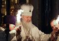 Патриарх Московский и всея Руси Кирилл с благодатным огнем, доставленным из Иерусалима в Москву, перед началом пасхального богослужения в храме Христа Спасителя