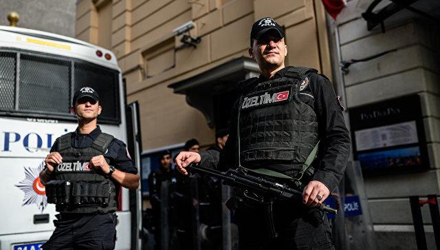 Турецкие полицейские у здания российского консульства в Стамбуле, Турция. Архивное фото