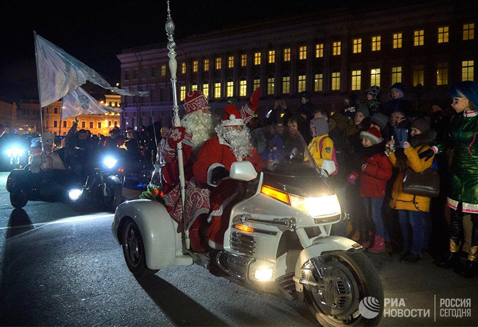Прибытие главного Деда Мороза из Великого Устюга на Дворцовую площадь в Санкт-Петербурге