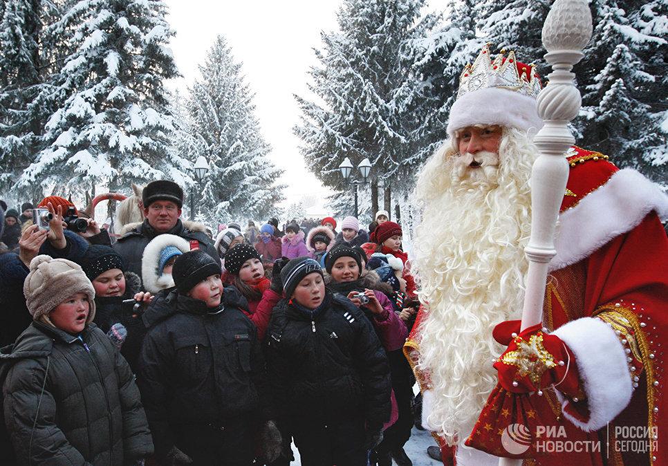 Главный Дед Мороз России из Великого Устюга общается с детьми в резиденции татарского Деда Мороза в селе Яна-Кырлай