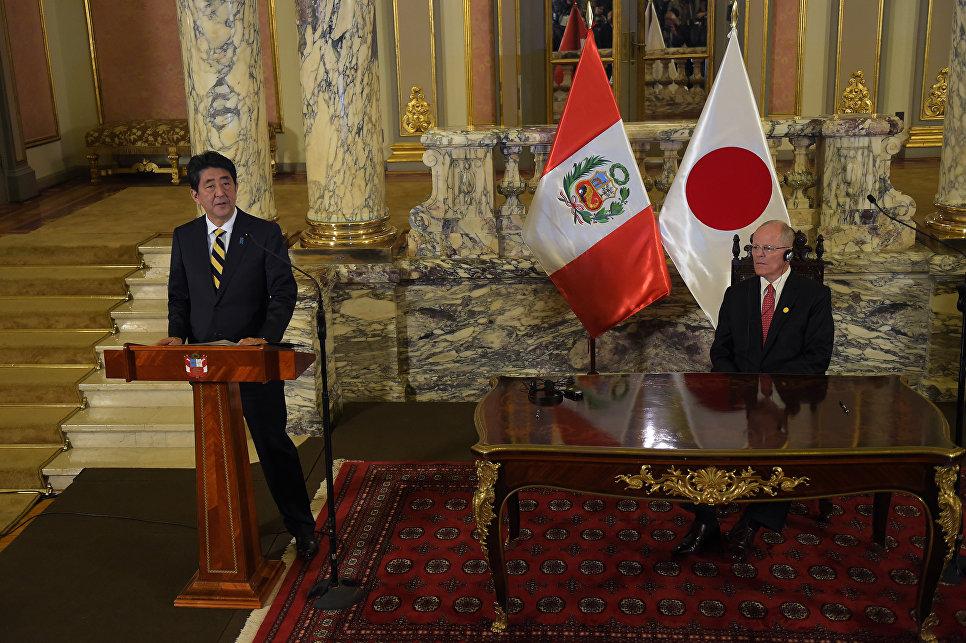 Премьер-министр Японии Синдзо Абэ и президент Перу Педро Пабло Кучински во время пресс-конференции после встречи в рамках саммита АТЭС в Лиме