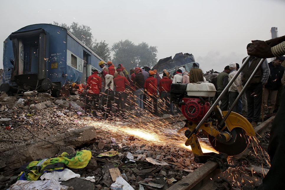 Спасатели на месте крушения поезда в штате Уттар-Прадеш, Индия
