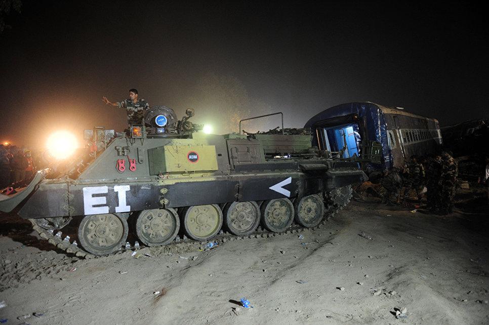 Индийские солдаты на месте крушения поезда в штате Уттар-Прадеш, Индия