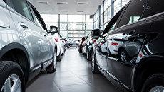 Новые автомобили в автосалоне. Архивное фото