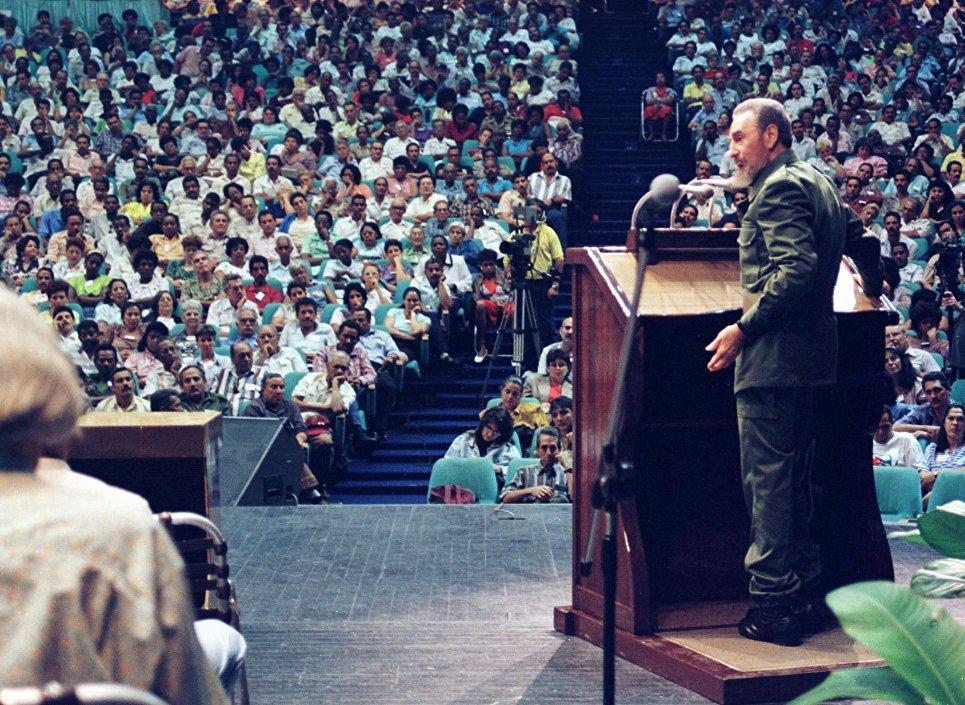 Президент Кубы Фидель Кастро выспутает с речью в Сантьяго-де-Куба. 9 января 1998