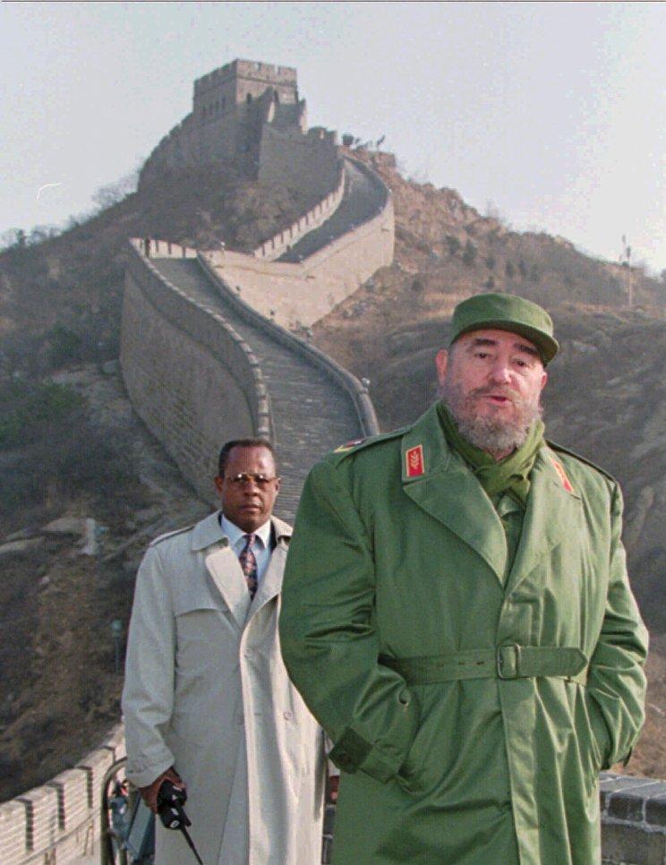 Президент Кубы Фидель Кастро на фоне Великой китайской стены. 1 декабря 1995
