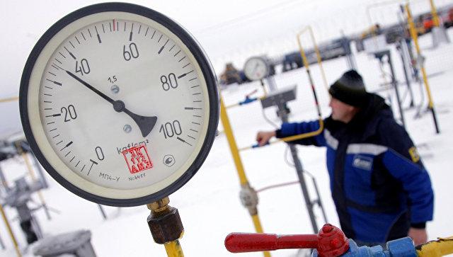 Рабочий на крановом узле газопровода. Архивное фото