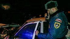 Сотрудник МЧС России на месте дорожно-транспортного происшествия на федеральной трассе Кавказ в Чечне