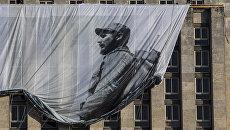 Плакат с изображением Фиделя Кастро на здании Национальной библиотеки в Гаване, Куба. Архивное фото