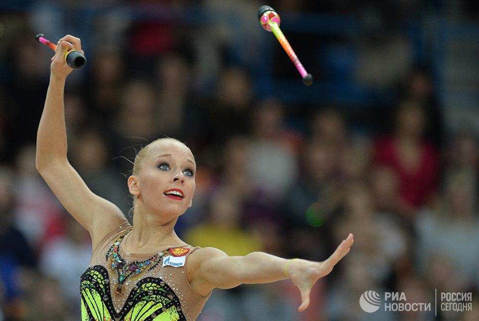 Яна Кудрявцева (Россия) выполняет упражнения с булавами в финале Гран-при по художественной гимнастике в Москве