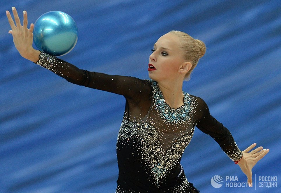 Яна Кудрявцева (Россия) выполняет упражнения с мячом на финальном этапе Кубка мира по художественной гимнастике в Казани