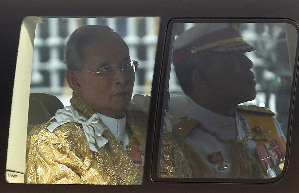 Король Таиланда Пхумипон Адульядет и наследный принц Маха Вачиралонгкорн в Бангкоке, Таиланд