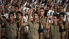 Кубинцы во время митинга в память об ушедшем из жизни лидером кубинской революции Фиделе Кастро на площади Революции в Гаване. Архивное фото