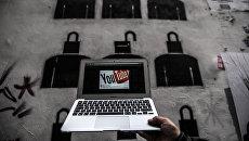 Логотип YouTube на экране ноутбука. Архивное фото