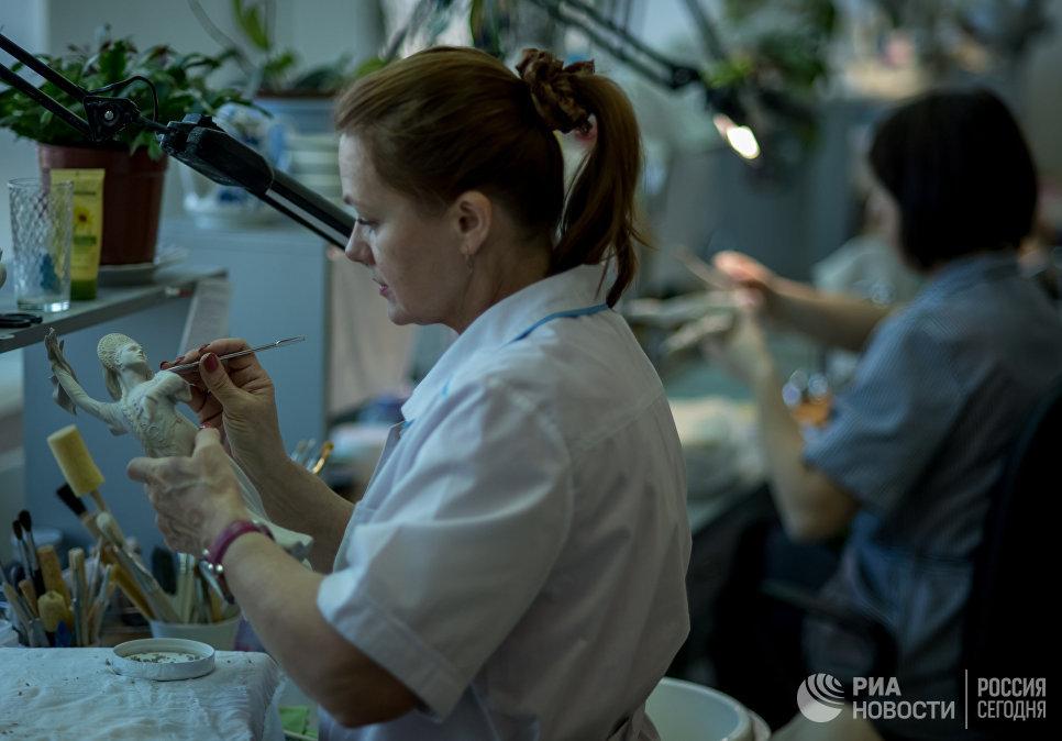 Сотрудница производственного цеха на Императорском Фарфоровом заводе в Санкт-Петербурге