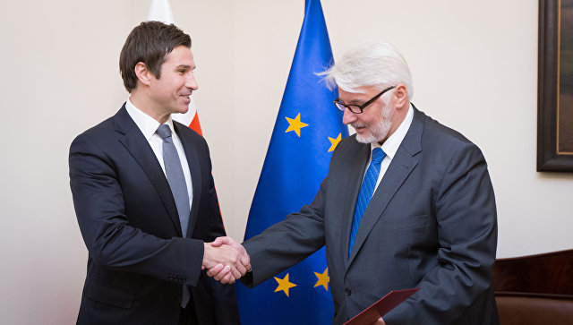 Роберт Грей и министр иностранных дел Польши Витольд Ващиковский. Архивное фото