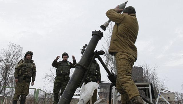 Солдаты ВСУ ведут минометный обстрел территории, подконтрольной ДНР,  Архивное фото