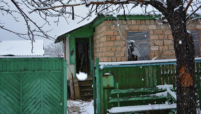 Брошенные дома на линии соприкосновения в поселке Донецкий в ЛНР. Архивное фото