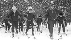 Ученики московской школы на лыжной прогулке в школьном парке. Москва, 1979