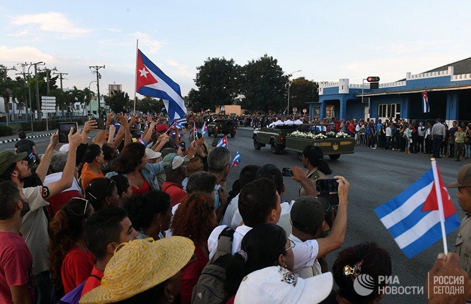 Траурный кортеж с прахом команданте Фиделя Кастро в городе Сантьяго-де-Куба