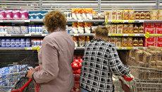 Покупатели в торговом зале гипермаркета Карусель