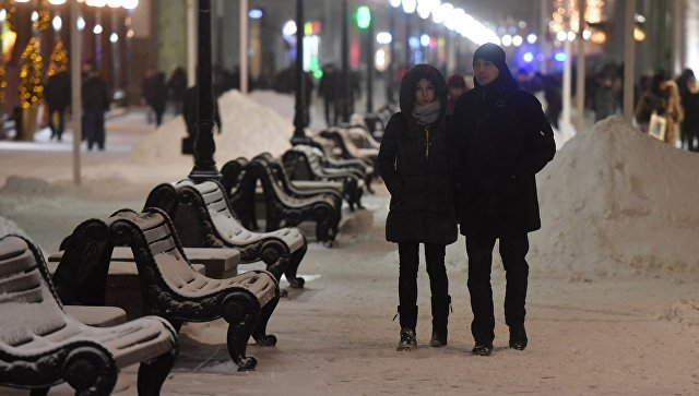 Прохожие в Москве после снегопада