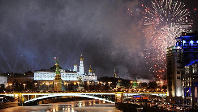 Праздничный салют в Москве в новогоднюю ночь