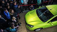 Посетители во время старта продаж автомобиля Lada Vesta в Москве.