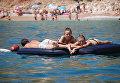 Отдыхающие на пляже Балаклавы в Крыму. Архивное фото