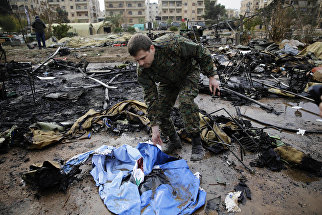 Российский военный на месте обстрела мобильного госпиталя Министерства обороны РФ в Алеппо, Сирия