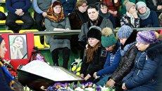 Родные и близкие на церемонии прощания с детьми, погибшими в ДТП на трассе Тюмень - Ханты-Мансийск 4 декабря, в Центре физической культуры и спорта Жемчужина Югры. Архивное фото